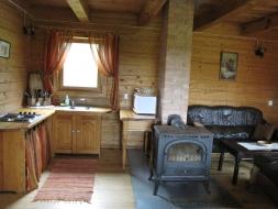 Didesnio rąstinio namo vidaus patalpa
